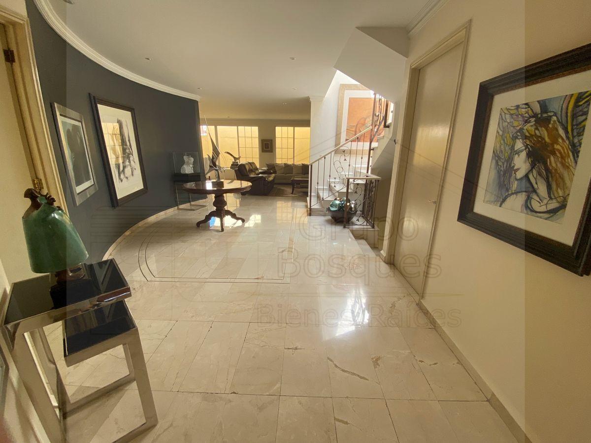 2 de 33: Hermoso y amplio recibidor con piso de mármol importado.