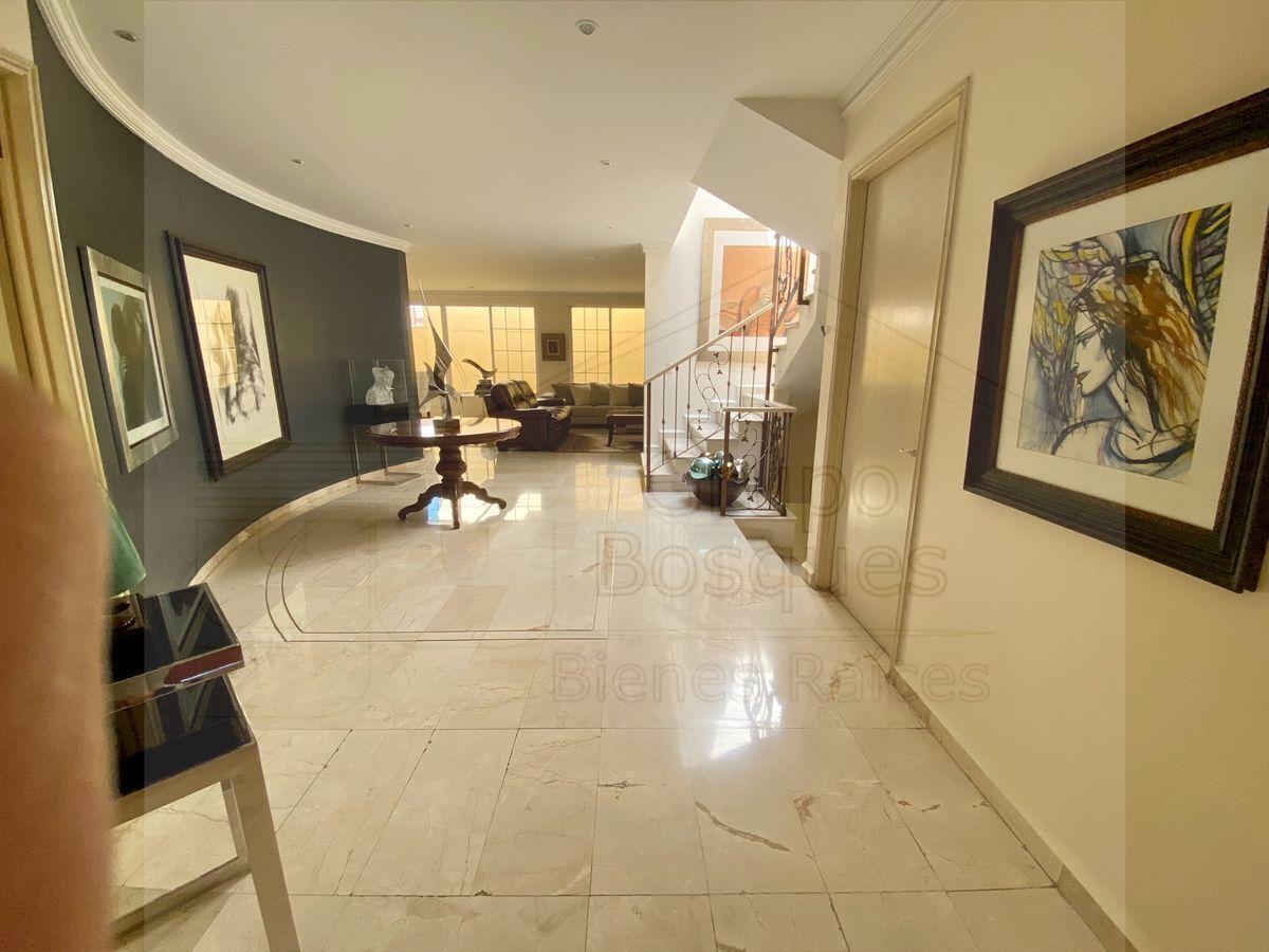 3 de 33: Hermoso y amplio recibidor con piso de mármol importado.