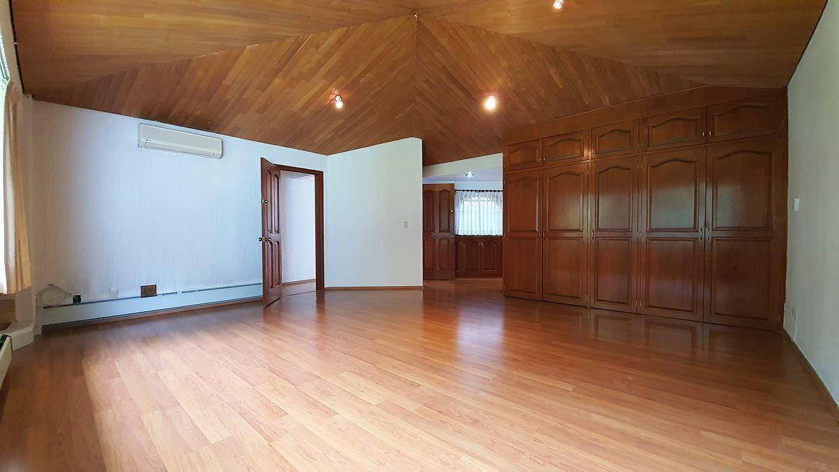 10 de 18: Amplia master suite con closet