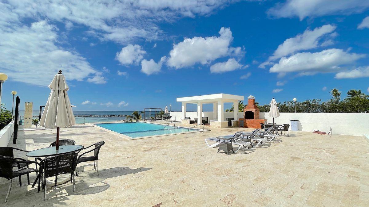 3 de 25: Terraza y piscina frente a playa