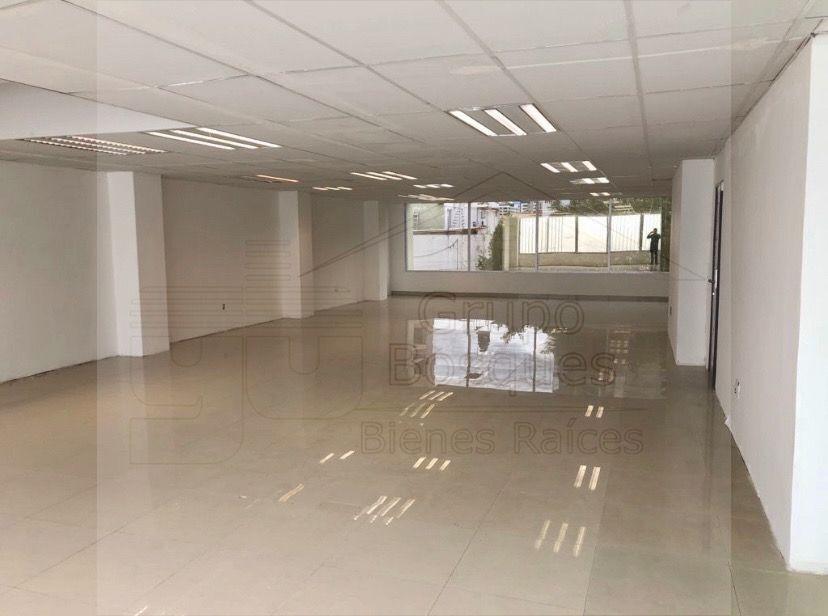 4 de 5: Amplio local sin divisiones para oficinas muy iluminado