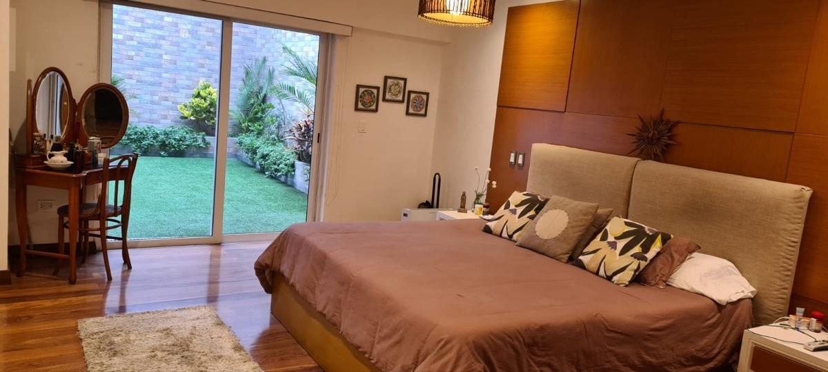 14 de 21: Dormitorio principal con salida a jardín privado