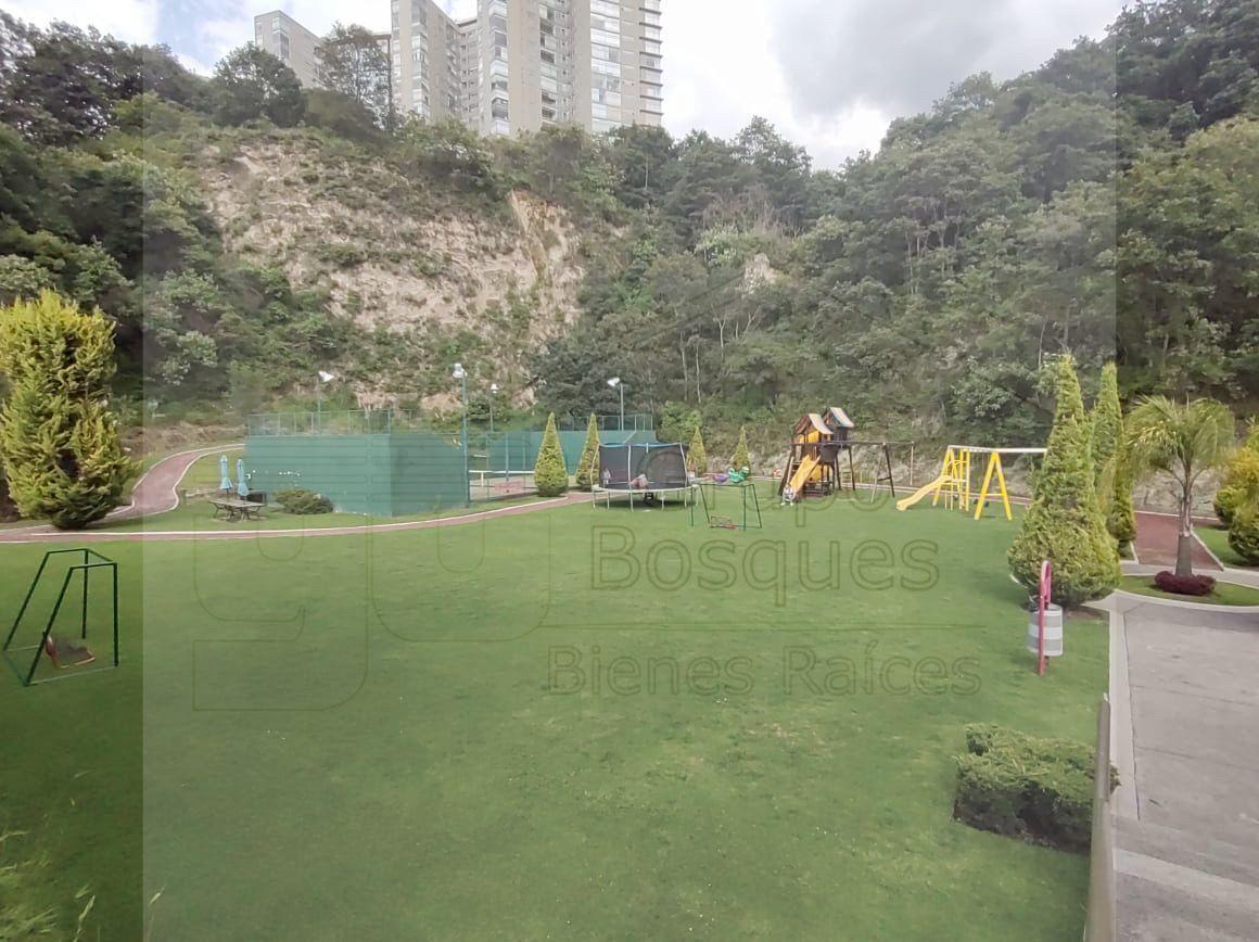 19 de 35: Jardín con juegos infantiles