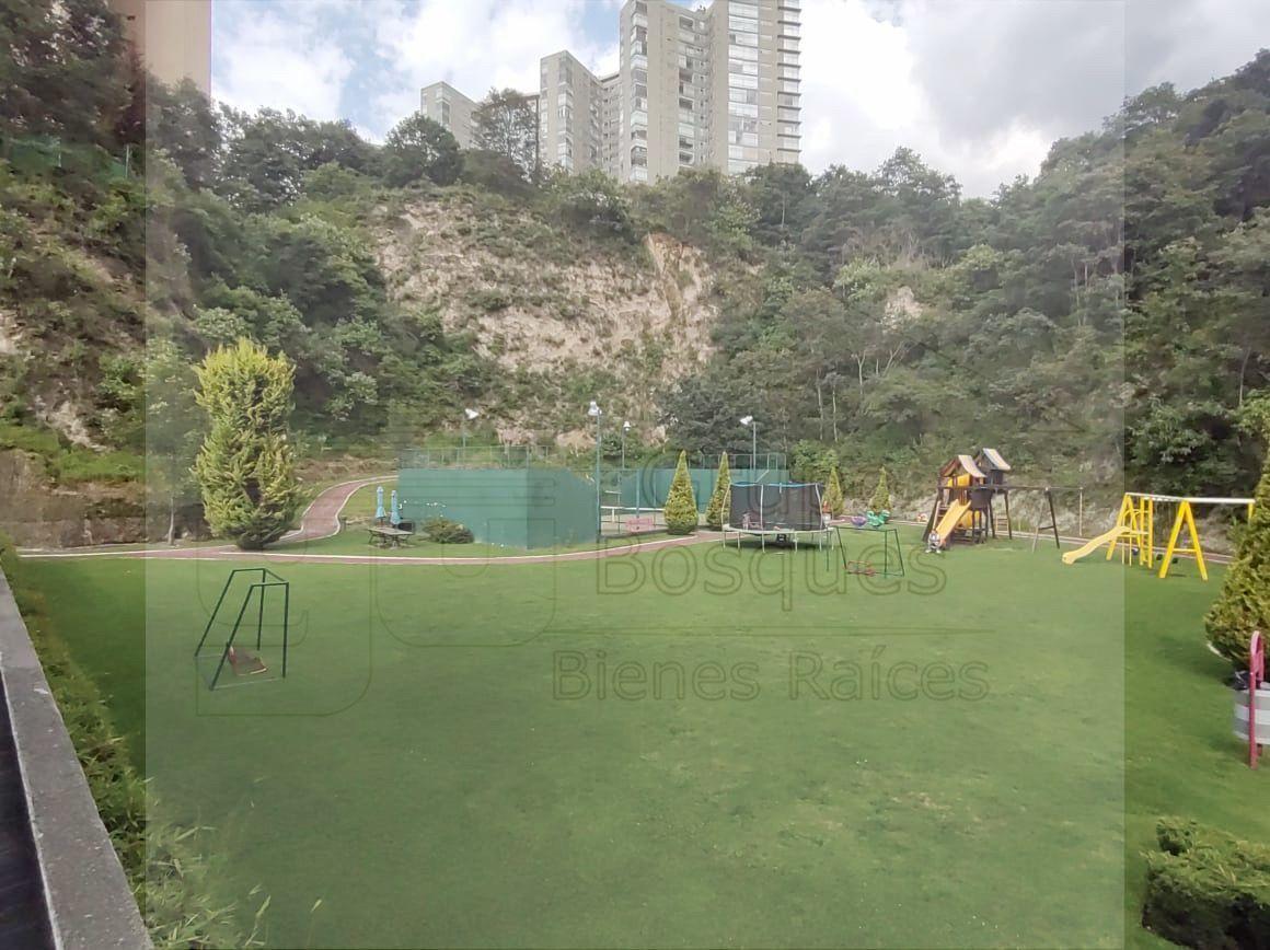20 de 35: Jardín con juegos infantiles
