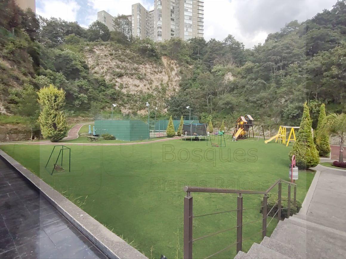 22 de 35: Jardín con área de juegos