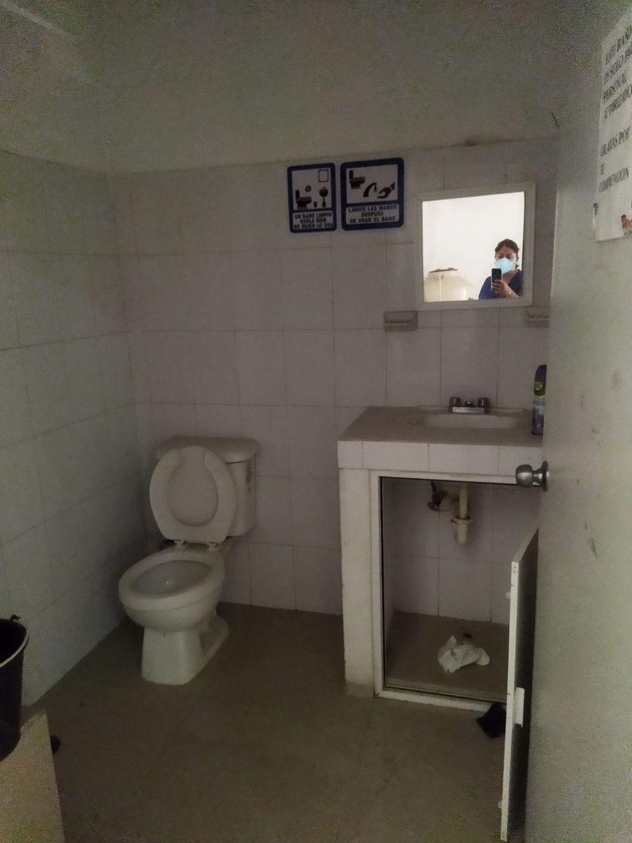10 de 13: medio baño en el interior