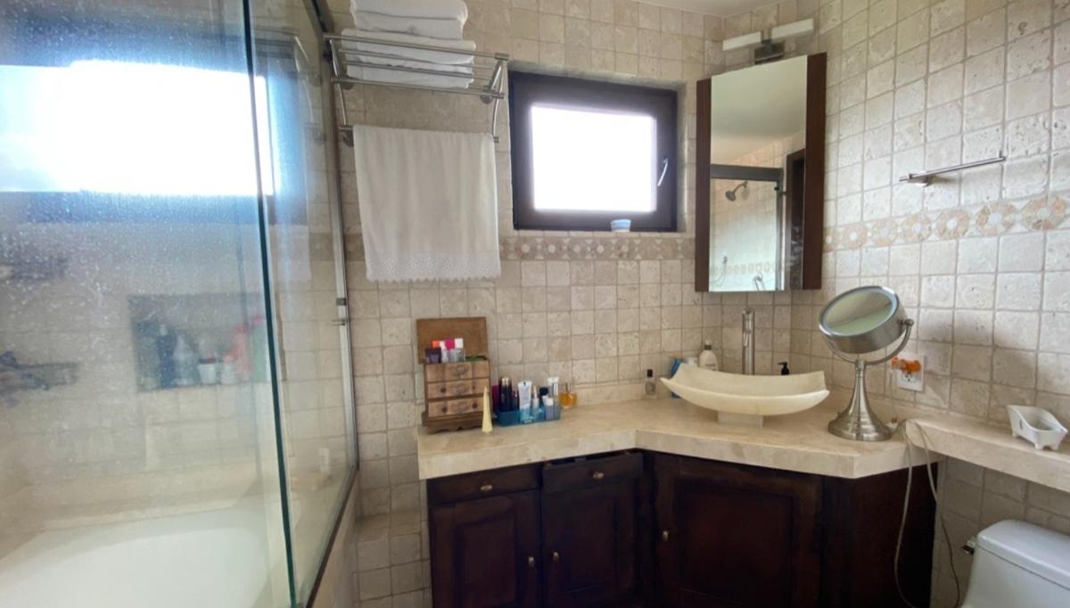 26 de 28: baño de suite independiente