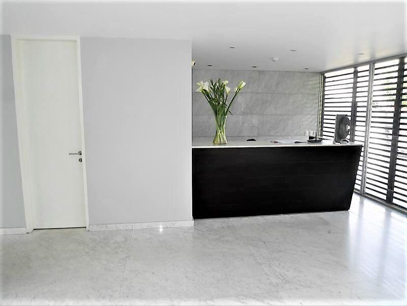 33 de 35: Elegante Lobby con pisos mármol formato ancho