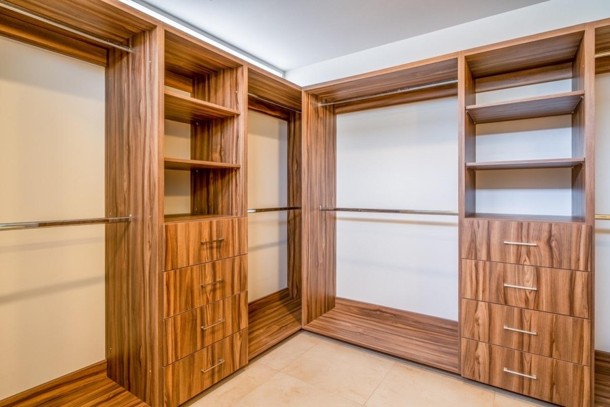28 de 41: Amplio vestidor con espacio para maletero