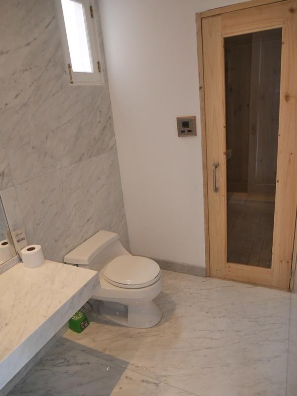 29 de 35: Baño completo con sauna en el PISO 6 para atender piscina