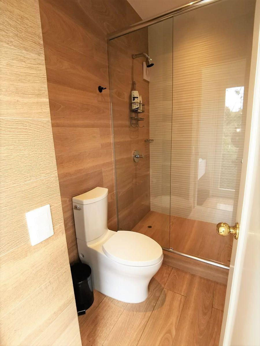 32 de 35: Baño en uno de los dormitorios secundarios que miran al parq