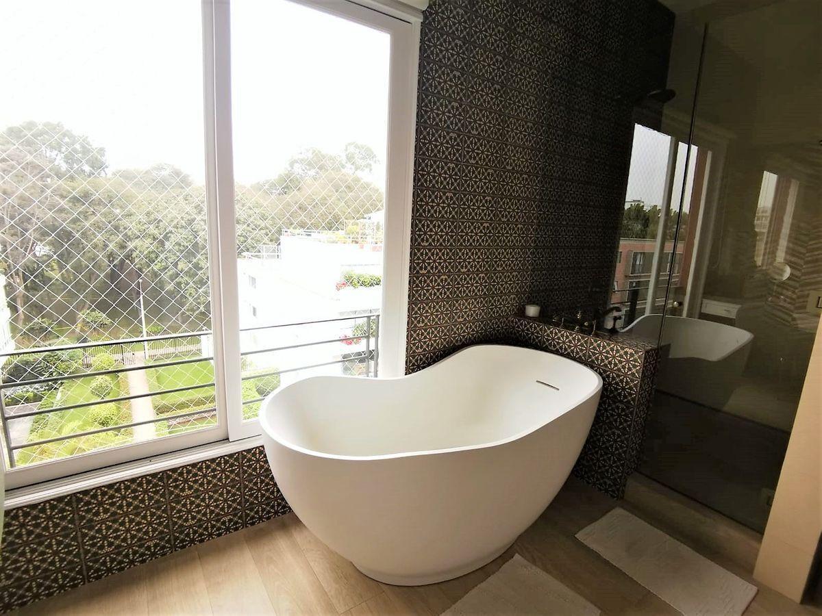 10 de 35: Hermoso Baño Principal con buena ducha y Tina PISO 5