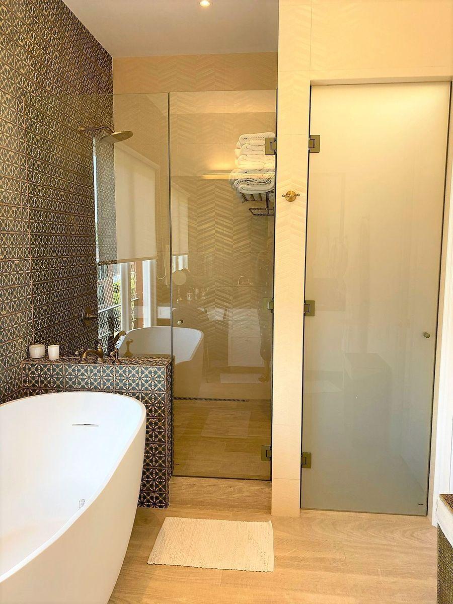34 de 35: Ducha al lado de la tina en el baño principal
