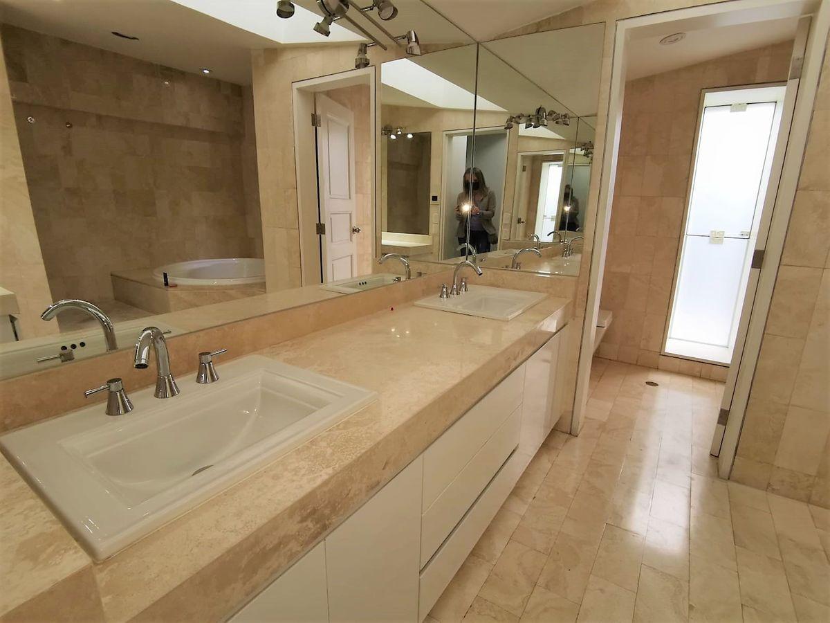 19 de 24: Baño principal con 2 ovalines y WC privado