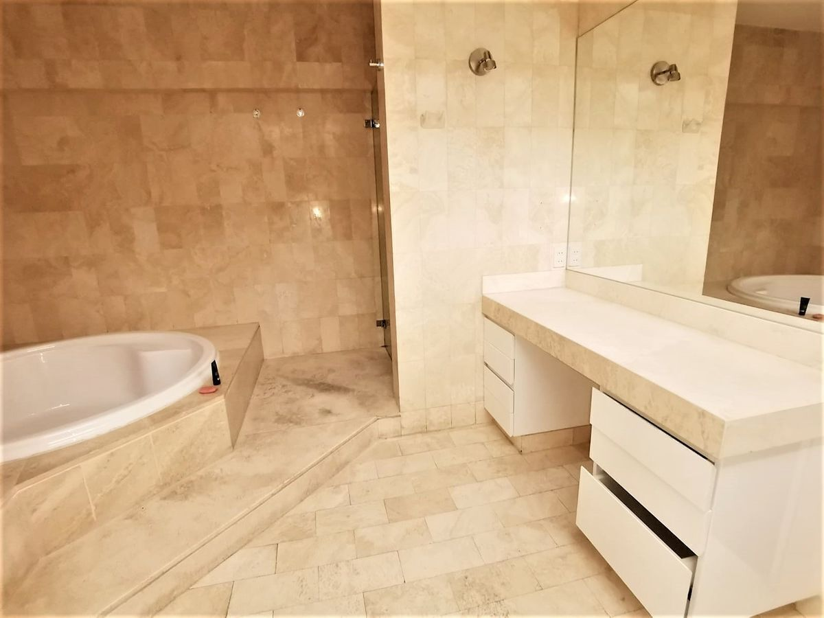 20 de 24: Baño principal con jacuzzi