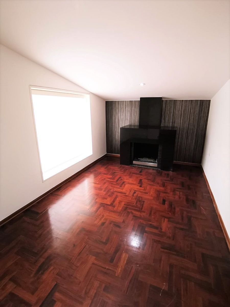 7 de 24: Sala de Estar Privada con Chimenea del dormitorio Principal