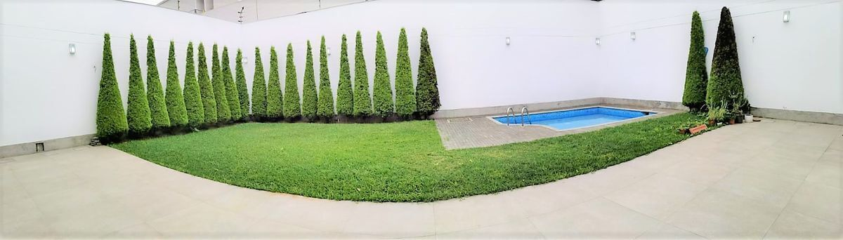 3 de 24: Gran jardín con piscina con terraza  de buen tamaño