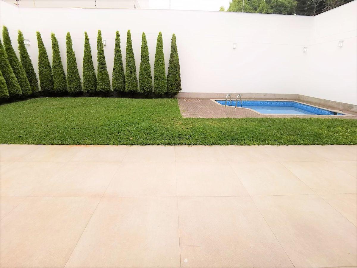 2 de 24: Gran jardín con piscina con terraza  de buen tamaño