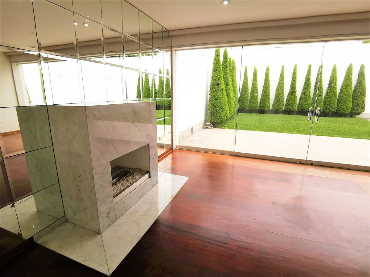 1 de 24: Gran Sala Principal con chimenea con salida a jardín