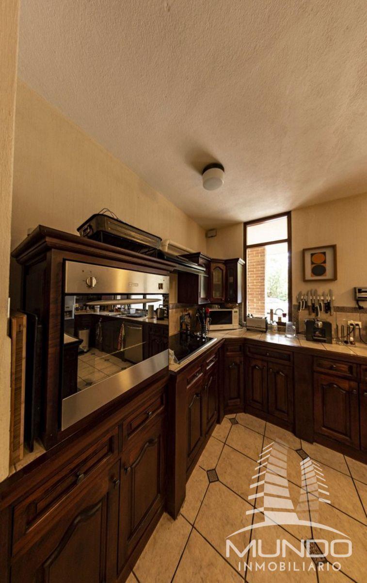 6 de 15: Cocina equipada y gabinetes en madera