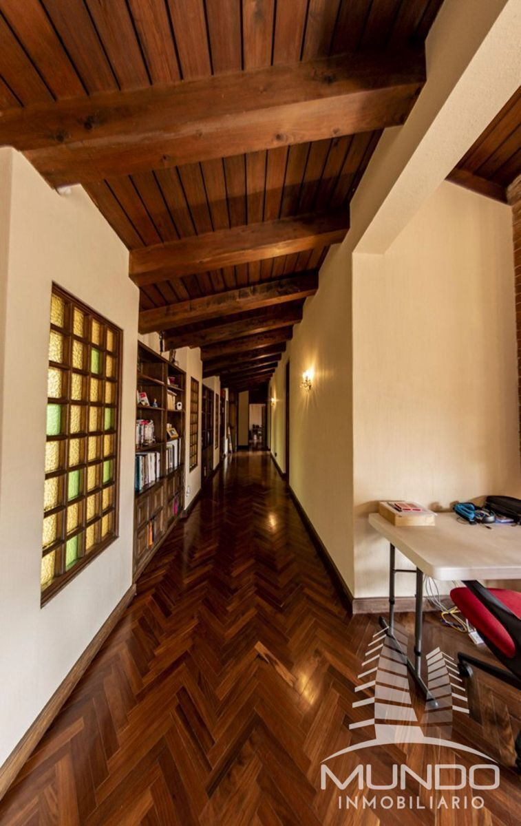 12 de 15: Amplio pasillo en el segundo nivel y techos de madera