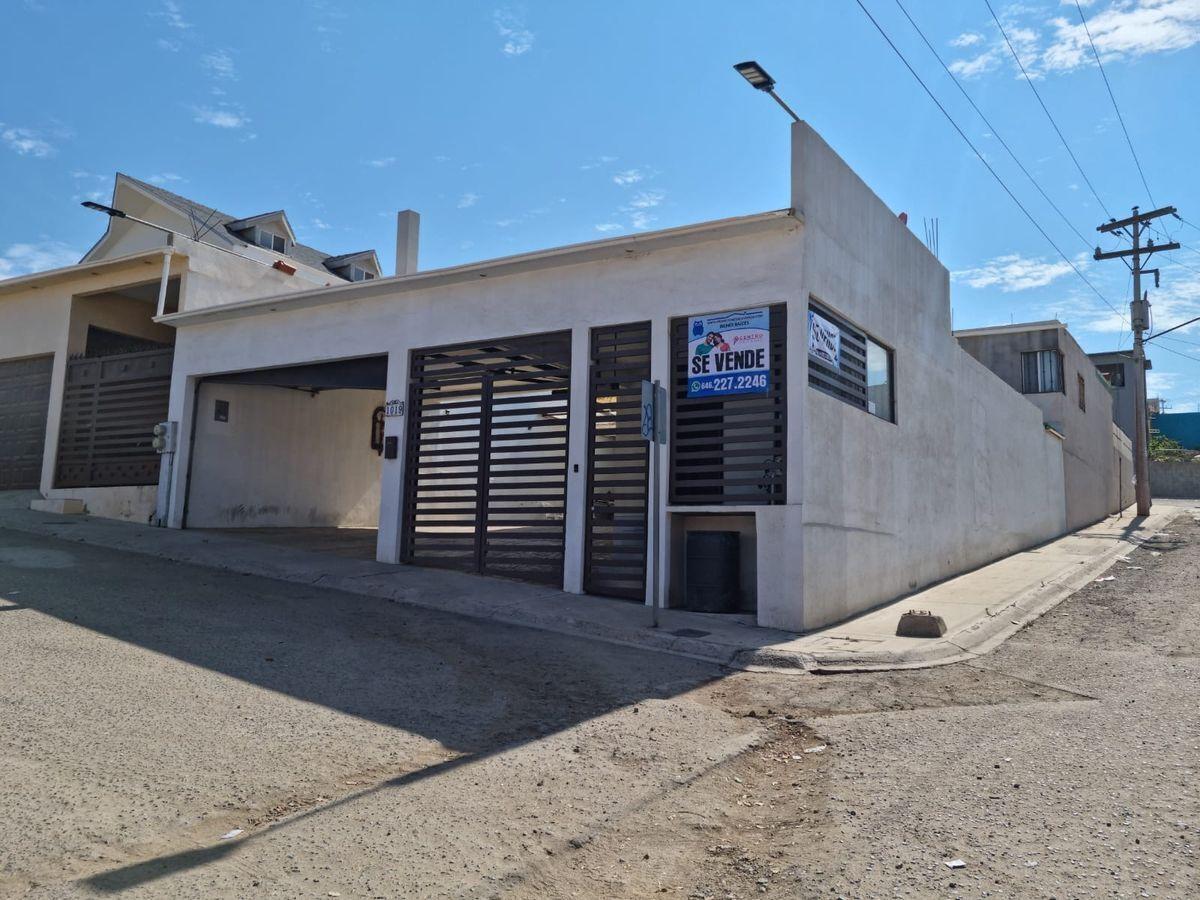1 de 23: Casa ubicada en esquina (calle Morsa y calle Delfín)