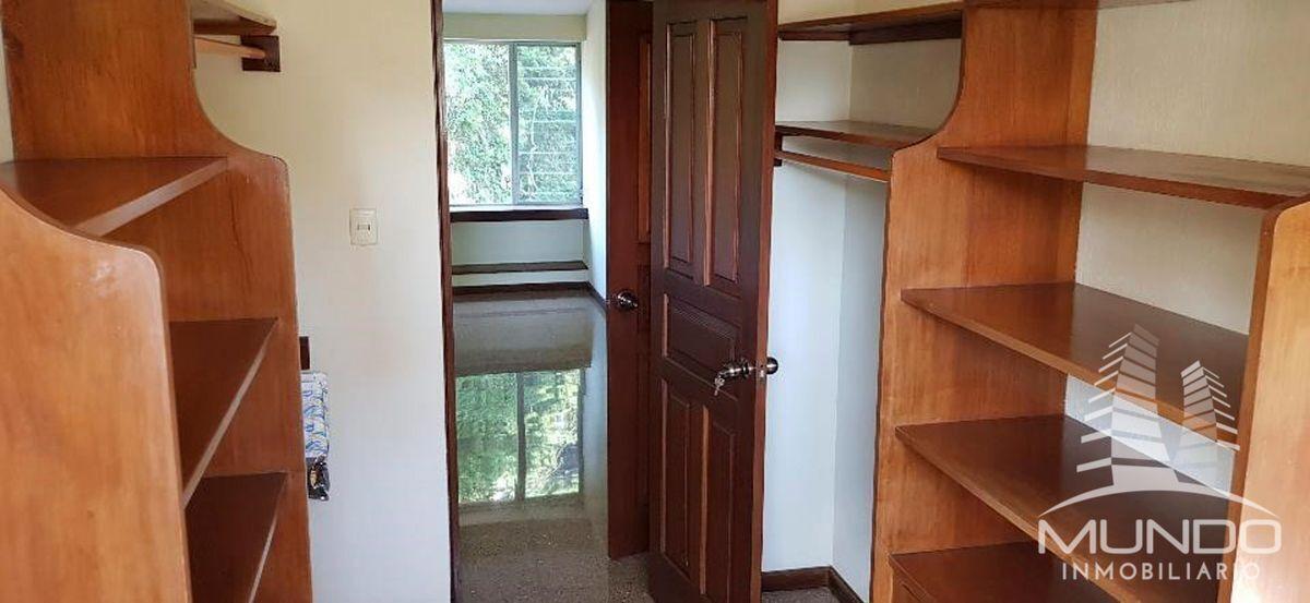 8 de 27: Detalles en madera closets, puertas, y zócalos