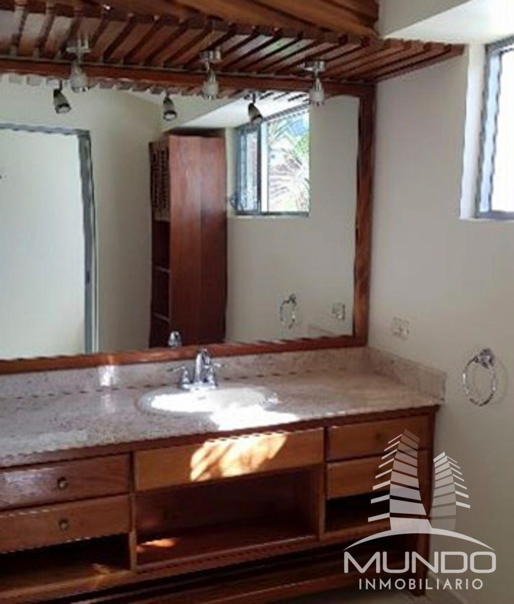 13 de 27: Baños con espejos y muebles de baño.