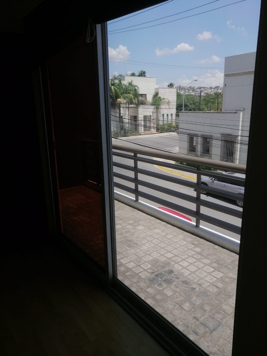 26 de 28: Balcón cuarto principal