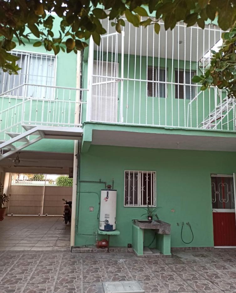 8 de 37: Estacionamiento,escalera y puerta cocina