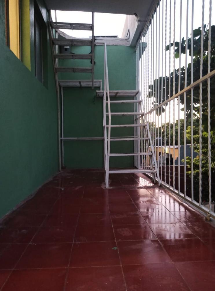 10 de 37: Escalera externa de segundo piso a azotea.