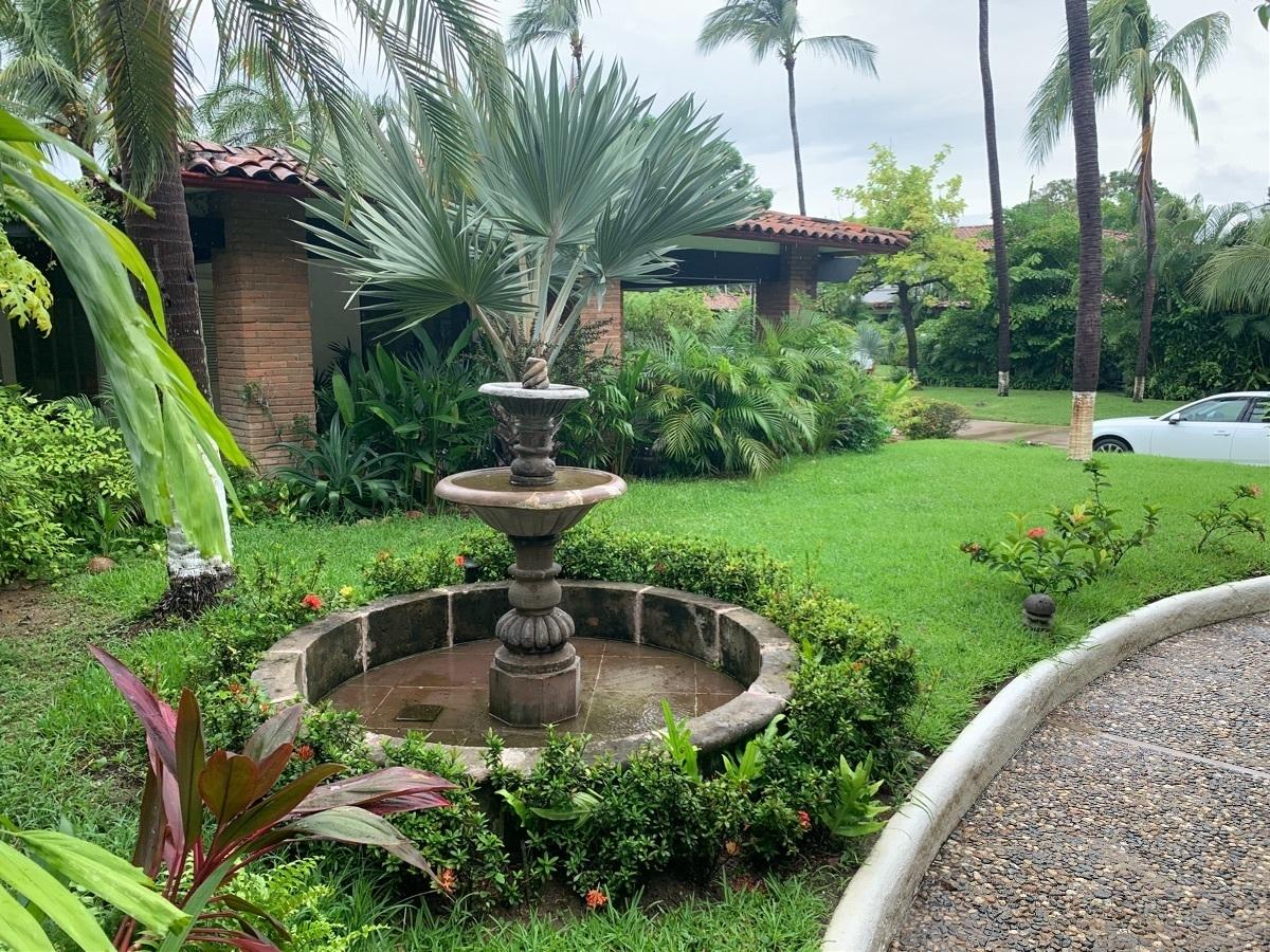 1 de 23: Fachada y jardín