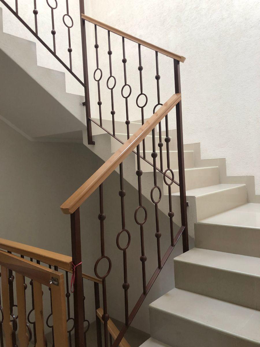 14 de 25: Escaleras + barandal de hierro