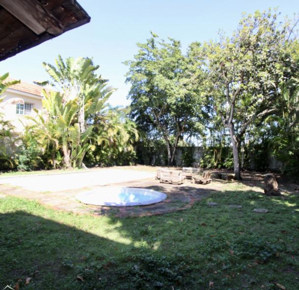 1 de 8: Patio con piscina.