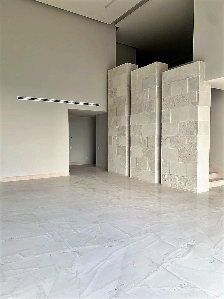 6 de 22: Sala con muro de cantera  en escalera con iluminación