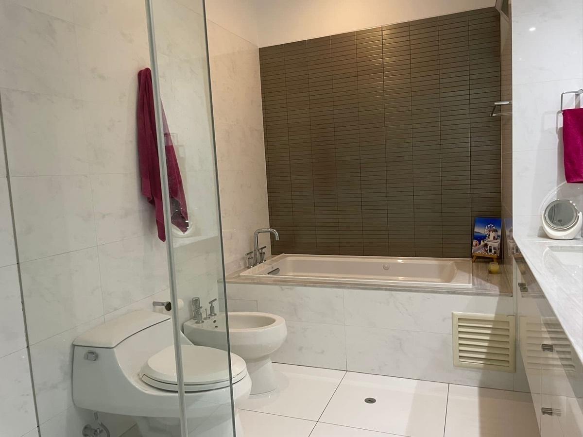 13 de 25: Baño principal con jacuzzi