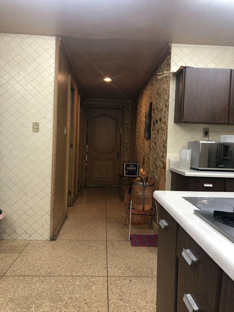 17 de 36: Pasillo cocina a comedor y escalera de servicio.