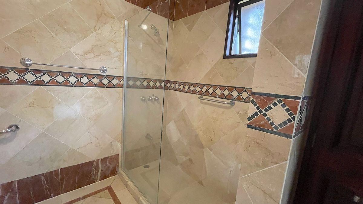 17 de 20: Ducha baño principal . Baño revestido en mármol