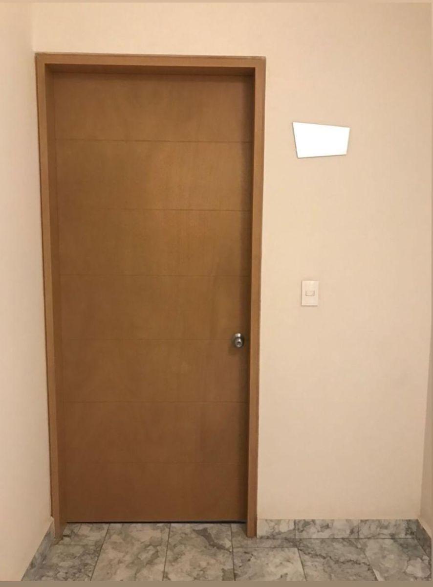 3 de 19: Puerta principal departamento