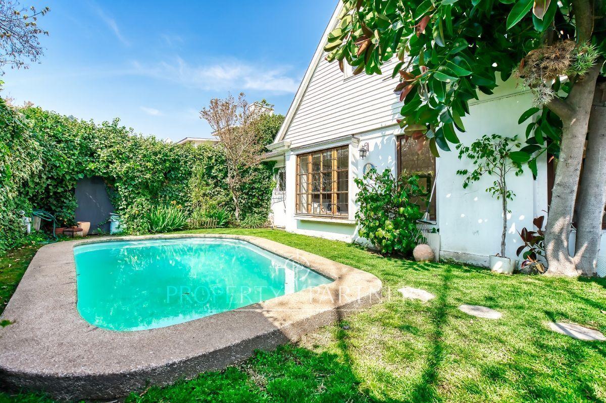 2 de 24: Jardín y piscina