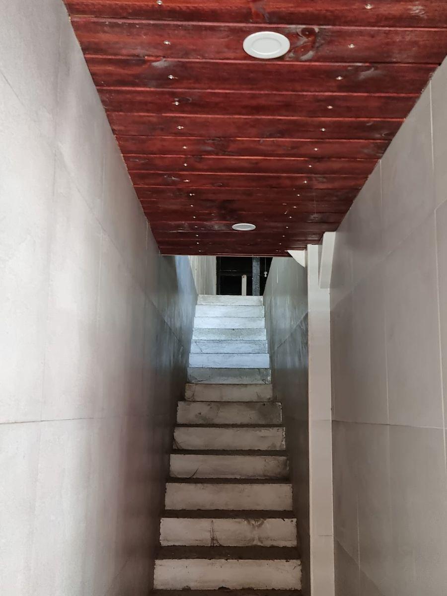 6 de 25: Pasillo al segundo piso
