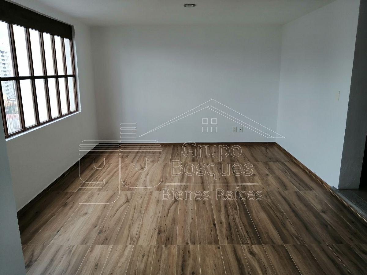 2 de 47: Sala con piso de madera