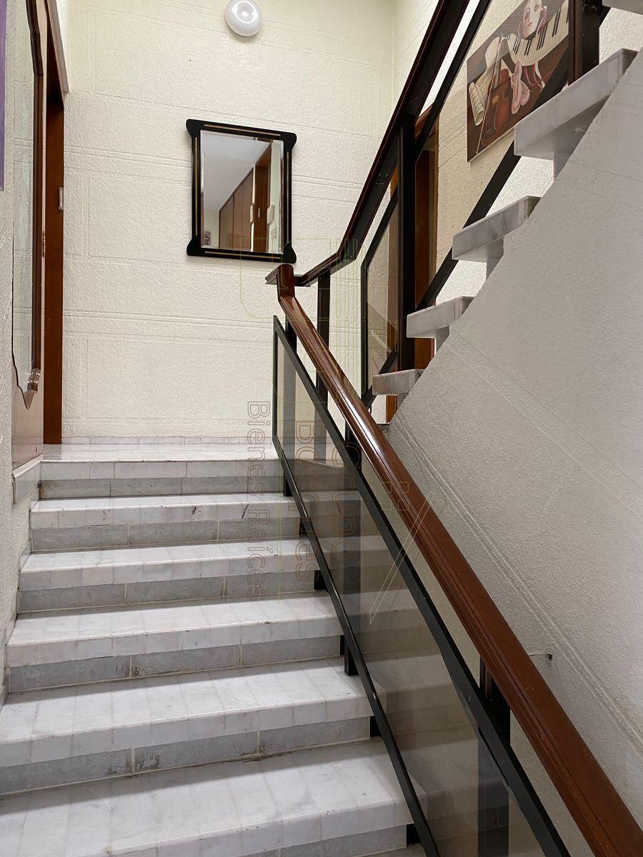 10 de 27: Escaleras y acceso al estudio.