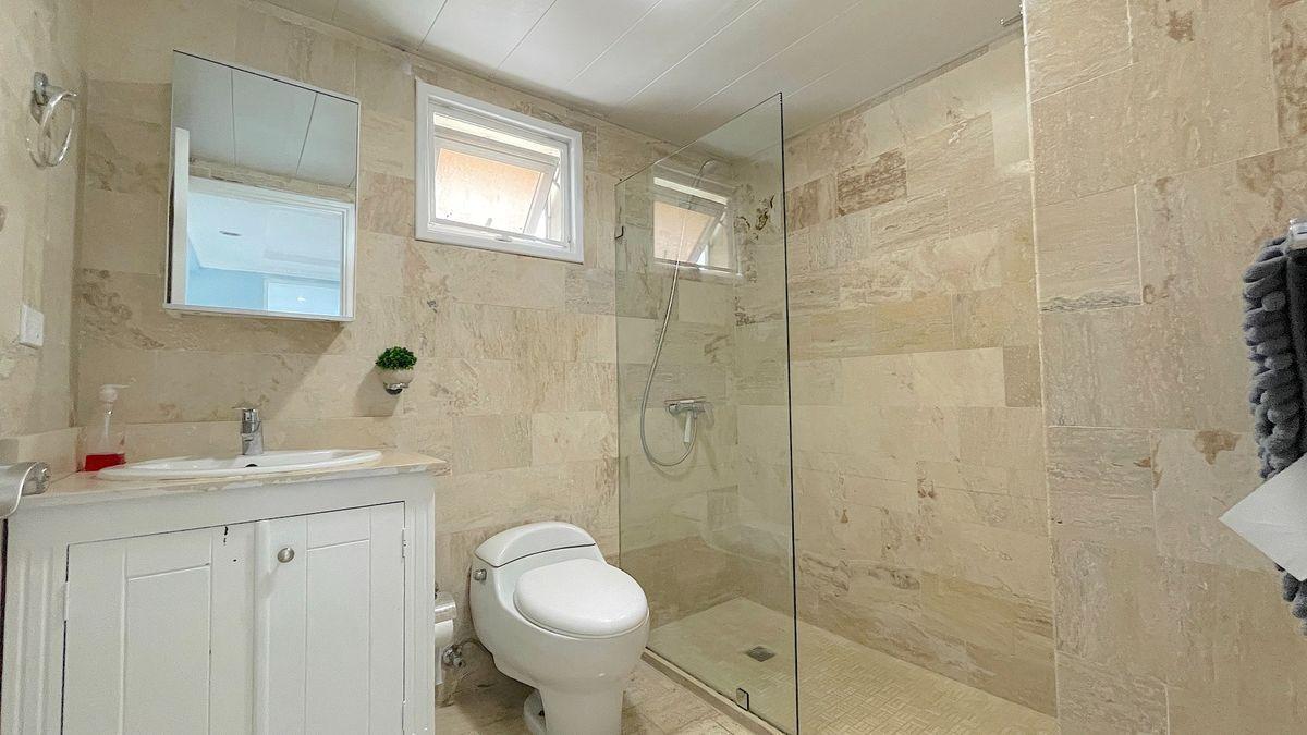 18 de 24: Baño habitación secundaria remodelado