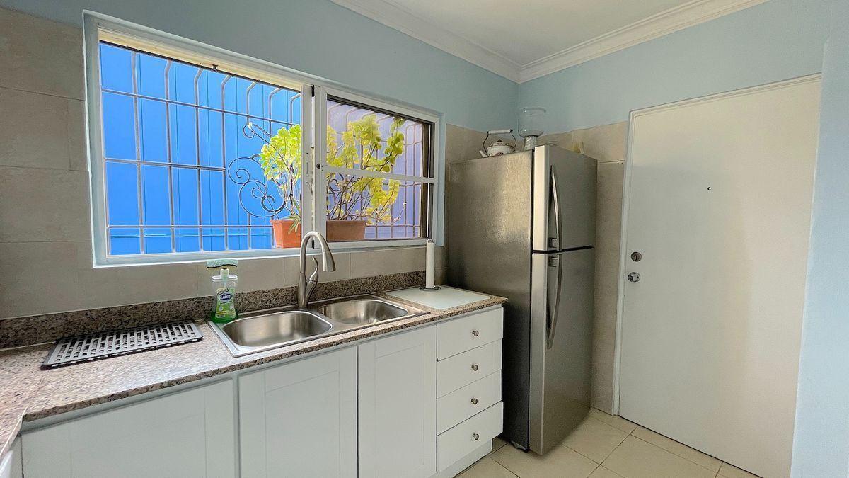 15 de 24: Cocina y acceso a Area de lavado y sevicio