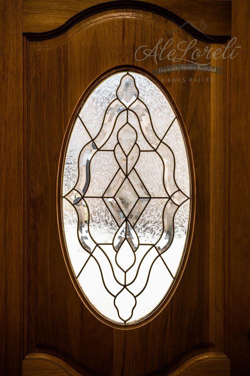 2 de 42: Detalle de vidrio emplomado en puerta principal