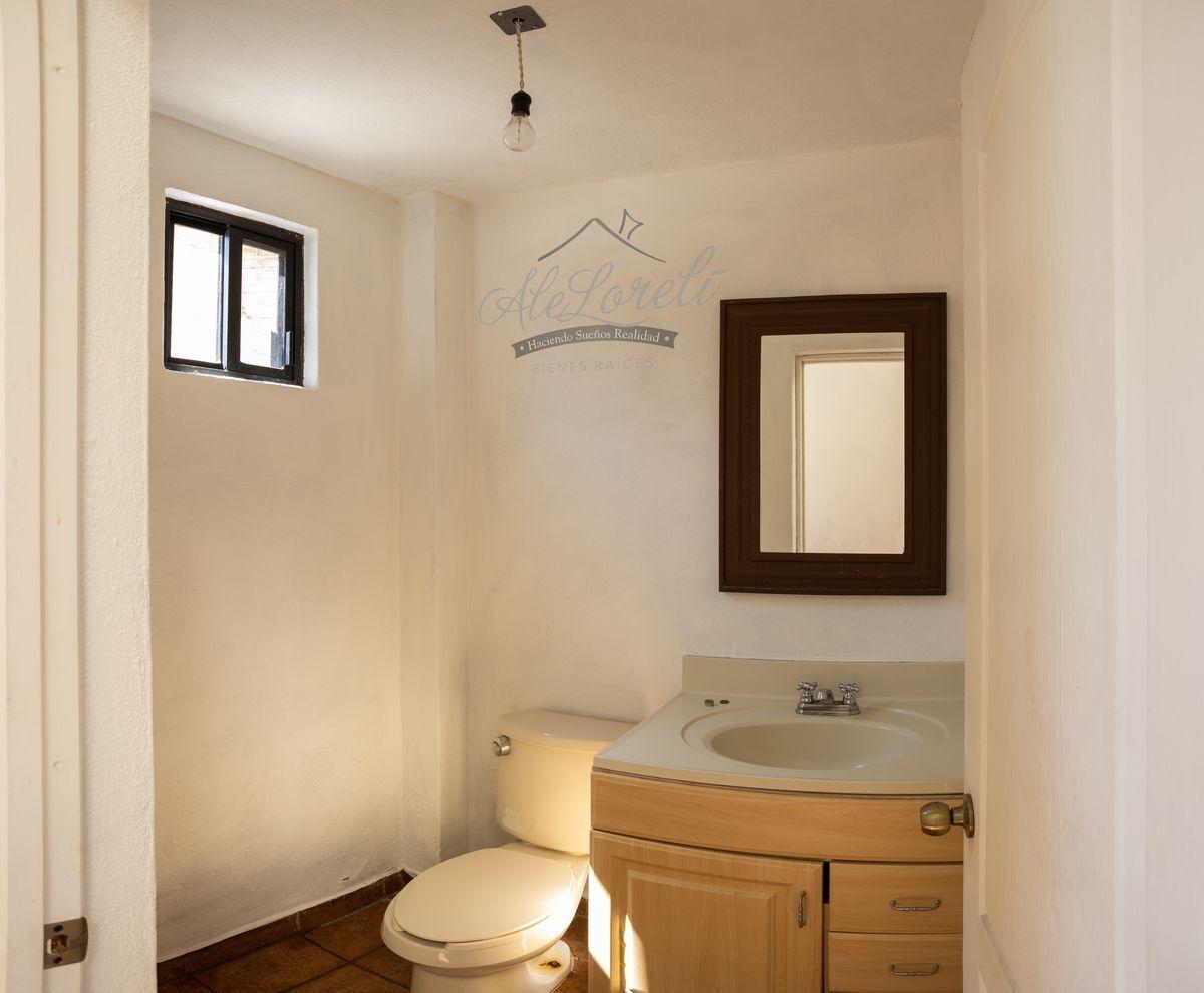 4 de 42: Medio baño en recibidor