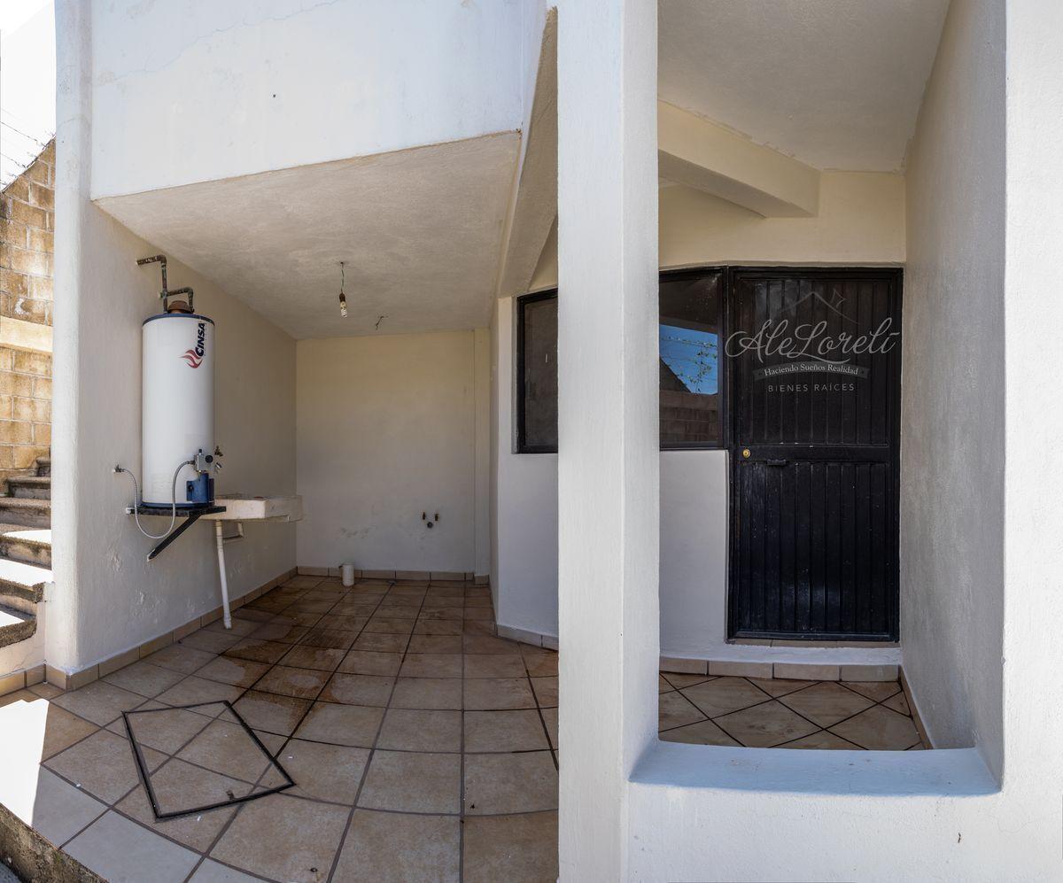 37 de 42: Área de lavado exterior comunicada con cuarto de lavado