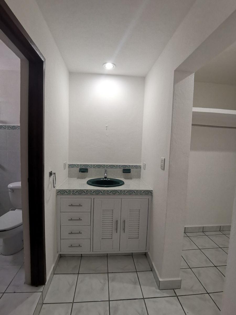 4 de 18: Baño principal, con closet vestidor