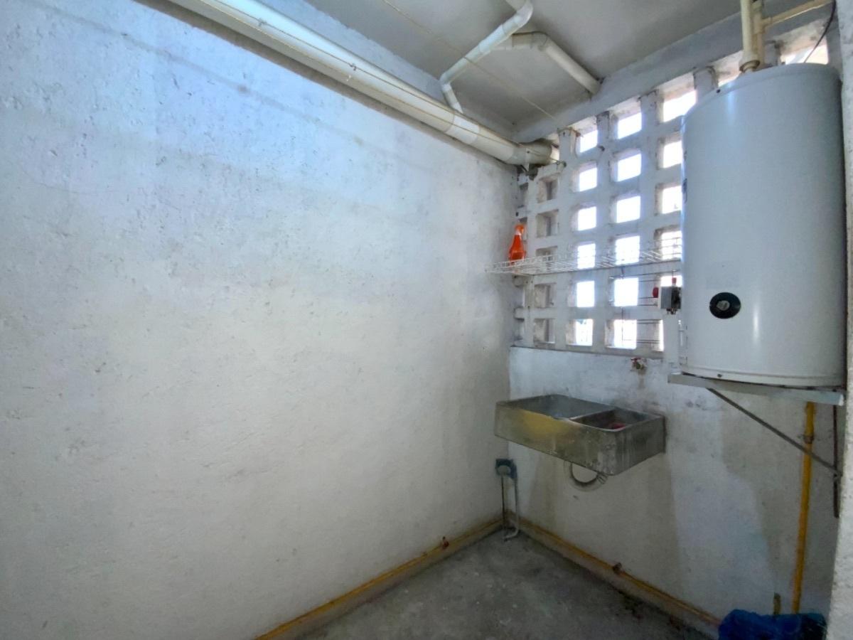 18 de 21: Área de lavado con tallador de piedra, y boiler